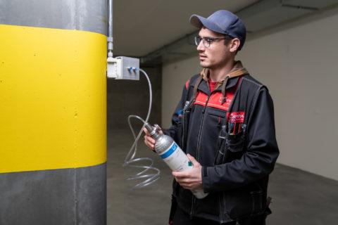 Foppa AG Techniker kontrolliert Gaswarnanlage