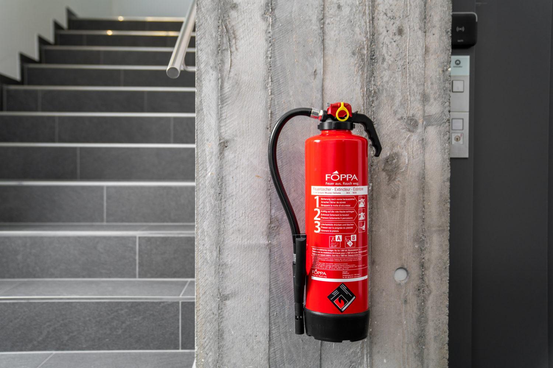 Feuerloescher der Foppa AG in einem Treppenhaus