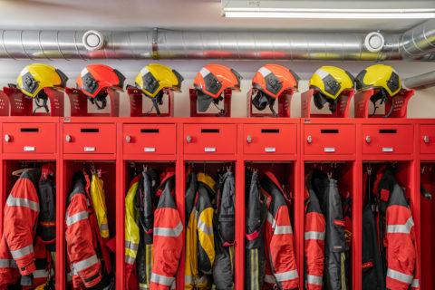Feuerwehrausruestung in einem Feuerwehrmagazin