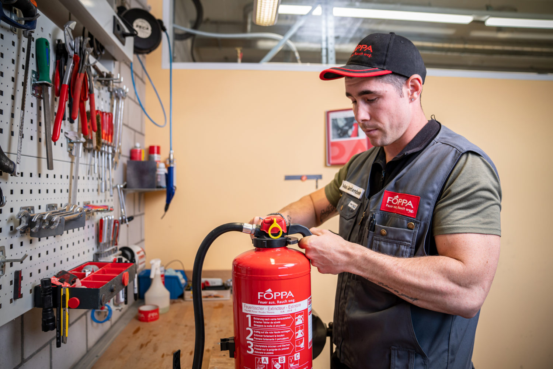 Wartung und Service an einem Feuerloescher der Foppa AG