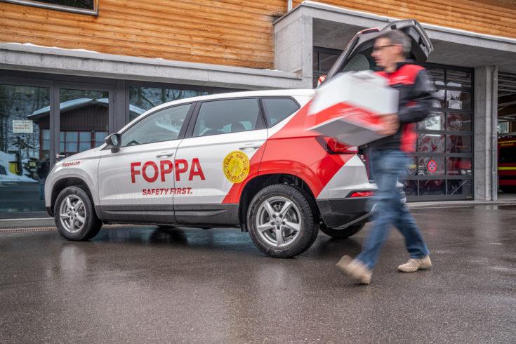 Ein Aussendienstmitarbeiter der Foppa AG liefert ein Produkt