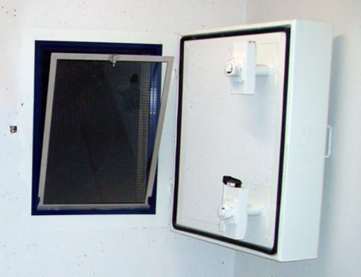Kellerfenster mit Schutzgitter zu Panzerdeckel
